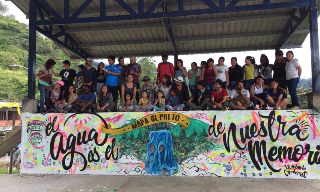 La chiva que llegó con música, teatro y muralismo a territorio caucano